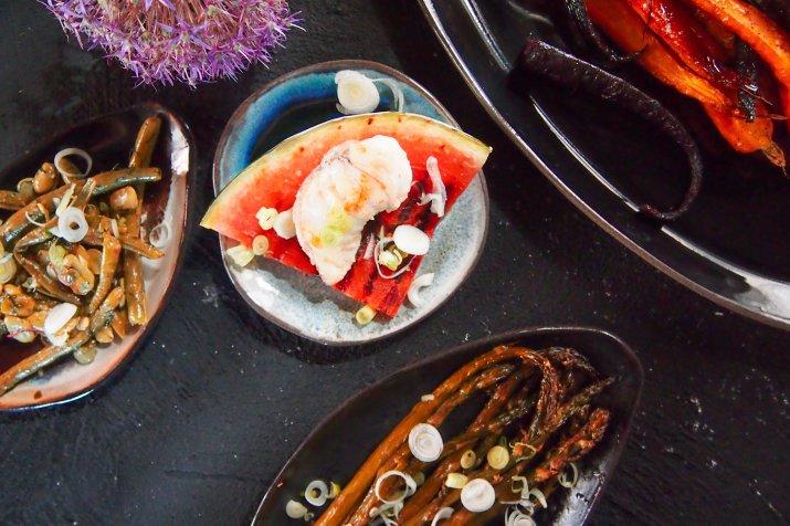 Smażona biała ryba zgrillowanym arbuzem wtowarzystwie warzyw
